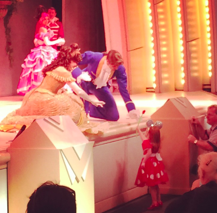 Amo essa foto! Eles estão dando a rosa da Fera para a menina. :)