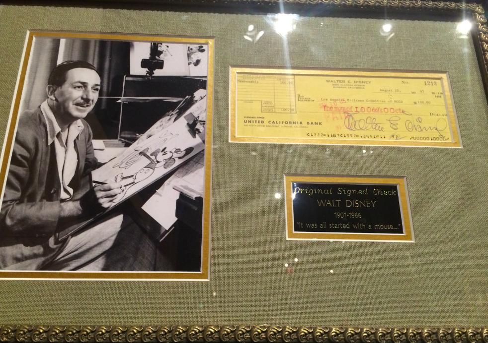 Um cheque original assinado pelo Walt Disney.