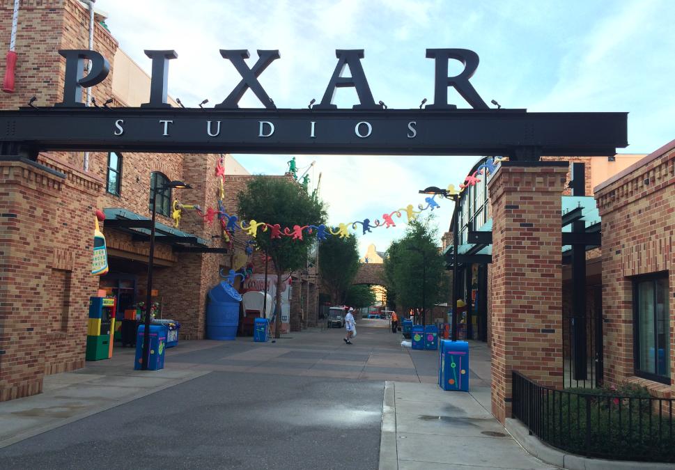 Essa foto foi tirada antes do parque abrir, só assim pra pegar essa área dedicada à Pixar vazia. De um lado, é possível tirar foto com o Buzz Lightyear e do outro é o Toy Story Midway Mania ;)