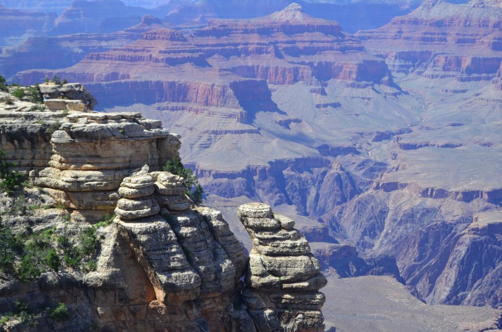 Dá pra ver que tem pessoas nessa pedra da frente? Pra ter noção do tamanho desse lugar.