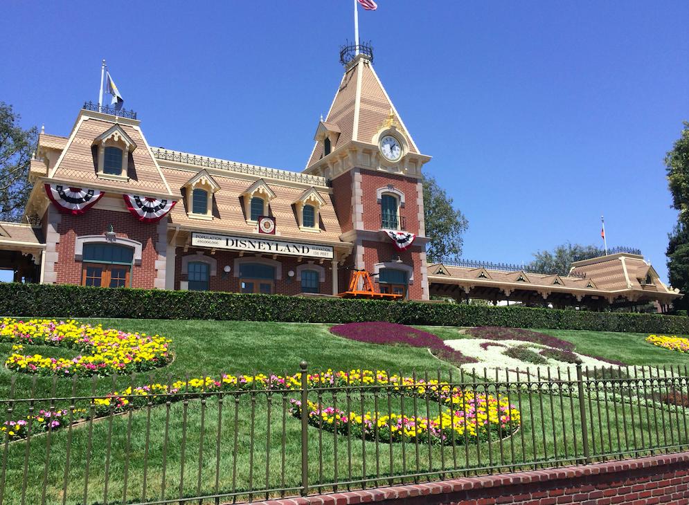 Essa foto é a entrada da Disneyland (parece um mini Magic Kingdom né?) e na foto em destaque no começo do post é na Disney California Adventure. :)