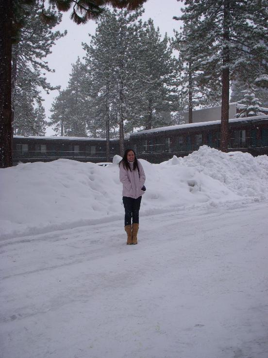 Na frente do nosso hotel no dia em que chegamos. Até então eu nunca tinha visto neve!
