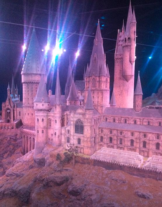 Esse foi o castelo usado para as filmagens externas. Tem uma explicação sobre como fizeram e uma TVs mostrando como os efeitos foram colocados.