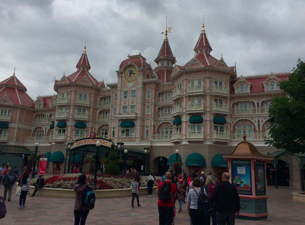 Disneyland Hotel que fica bem na entrada do parque
