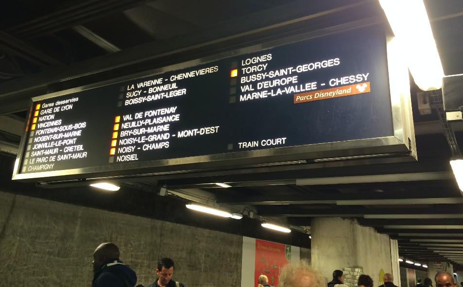 Nessa foto por exemplo, o próximo trem não vai para Marne la Valée.
