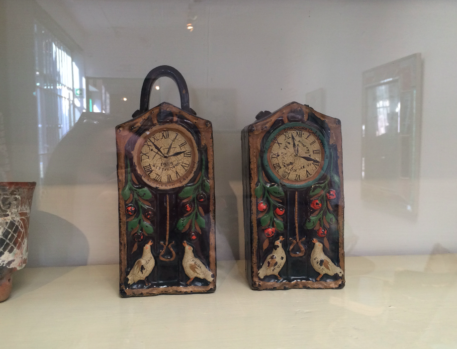 Esses dois relógios foram pintados pela Frida e marcam dois dias: Quando ela descobriu a traição de Diego Rivera com sua irmã e o outro relógio marca o dia em que se casou com ele novamente.