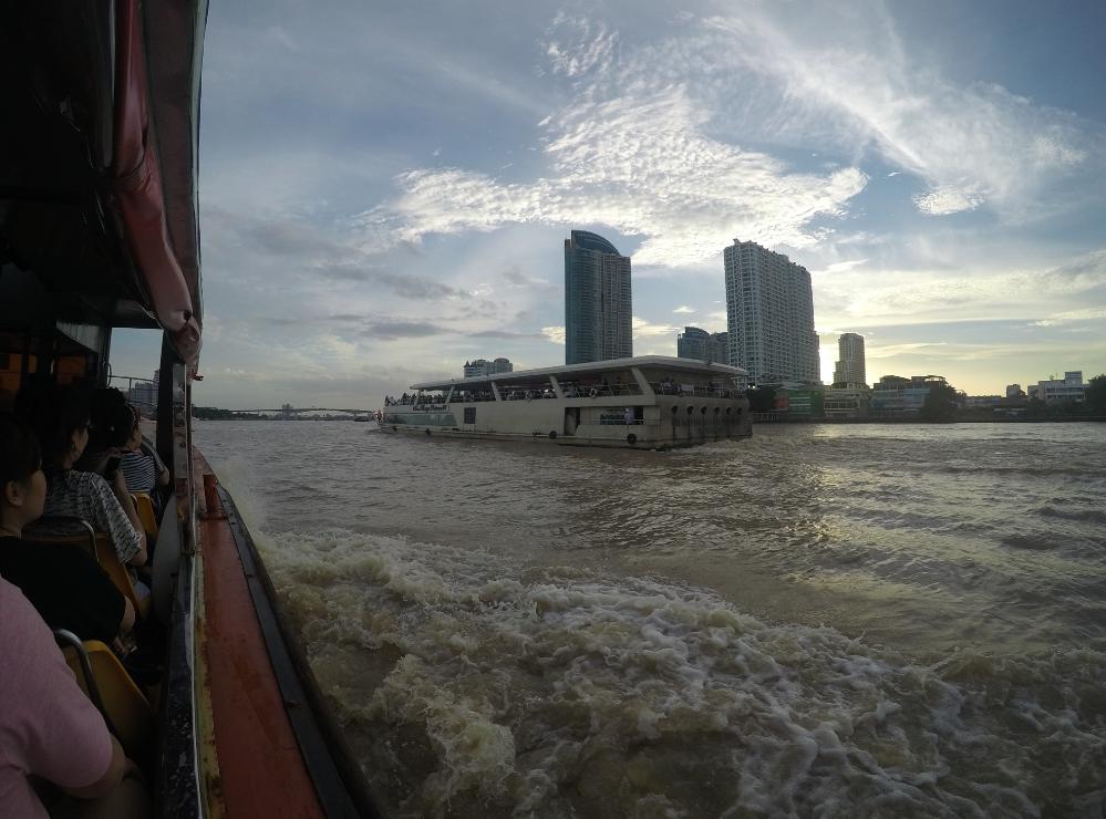Esse é o barco turístico que pegamos. Ele passa pela região dos hotéis mais famosos de Bangkok.