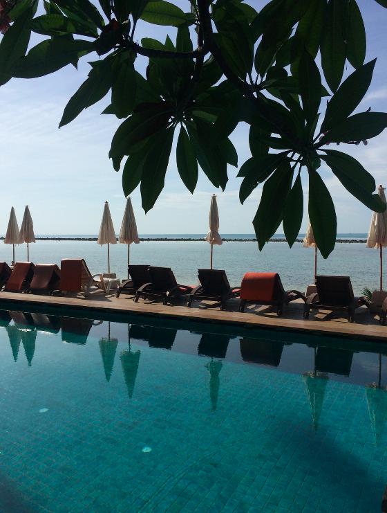 Nosso hotel, a piscina dava de frente pro mar, era perfeito.