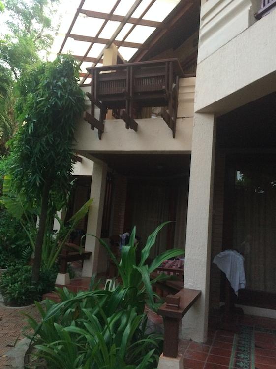 Nós ficamos nos quartos do segundo andar dessa parte do hotel, que era dividida em apto deluxe (prédio na rua), esses aptos, bangalôs e vilas com piscina privativa.