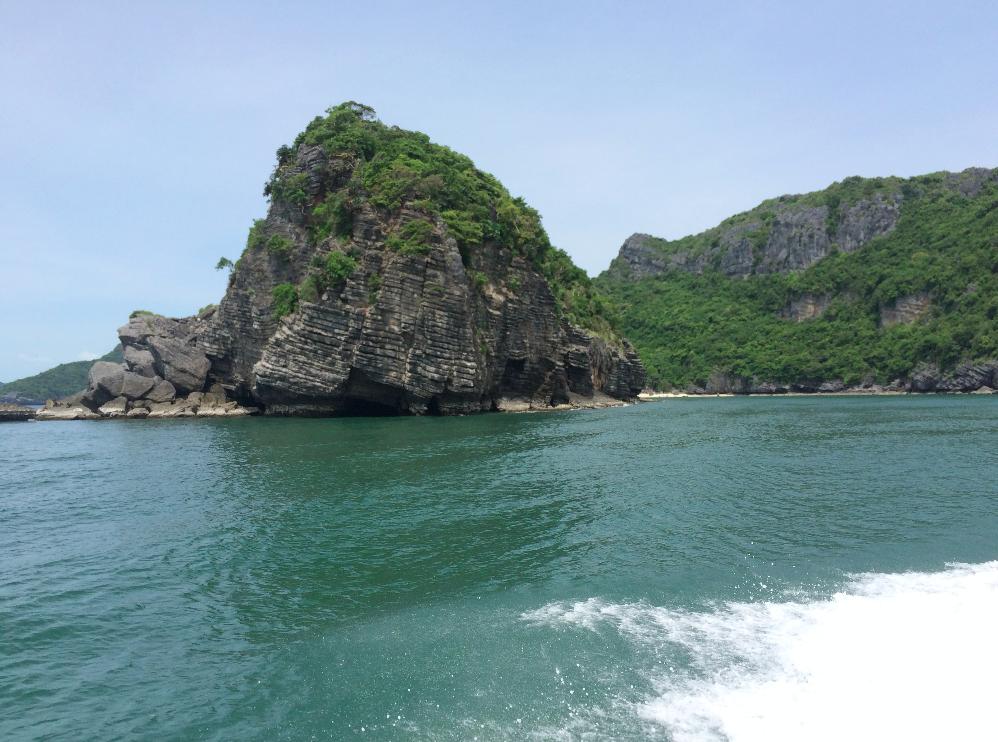 Durante todo o caminho tem essas formações rochosas.