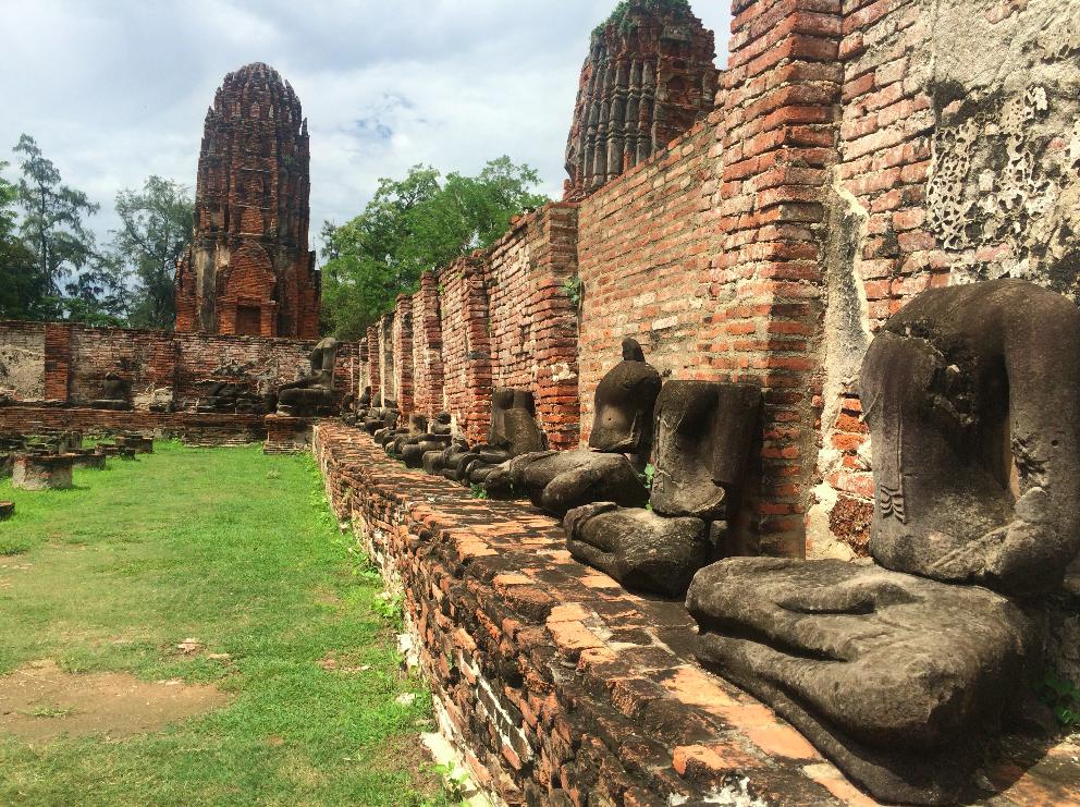 Os budas sem cabeça por causa da invasão da birmânia