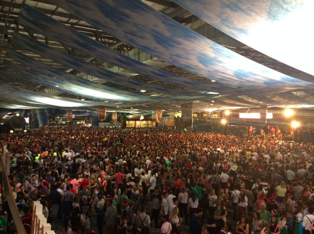 Essa foto eu tirei lá do Camarote. Olha quantidade de pessoas! E esse nem foi o final de semana mais cheio.
