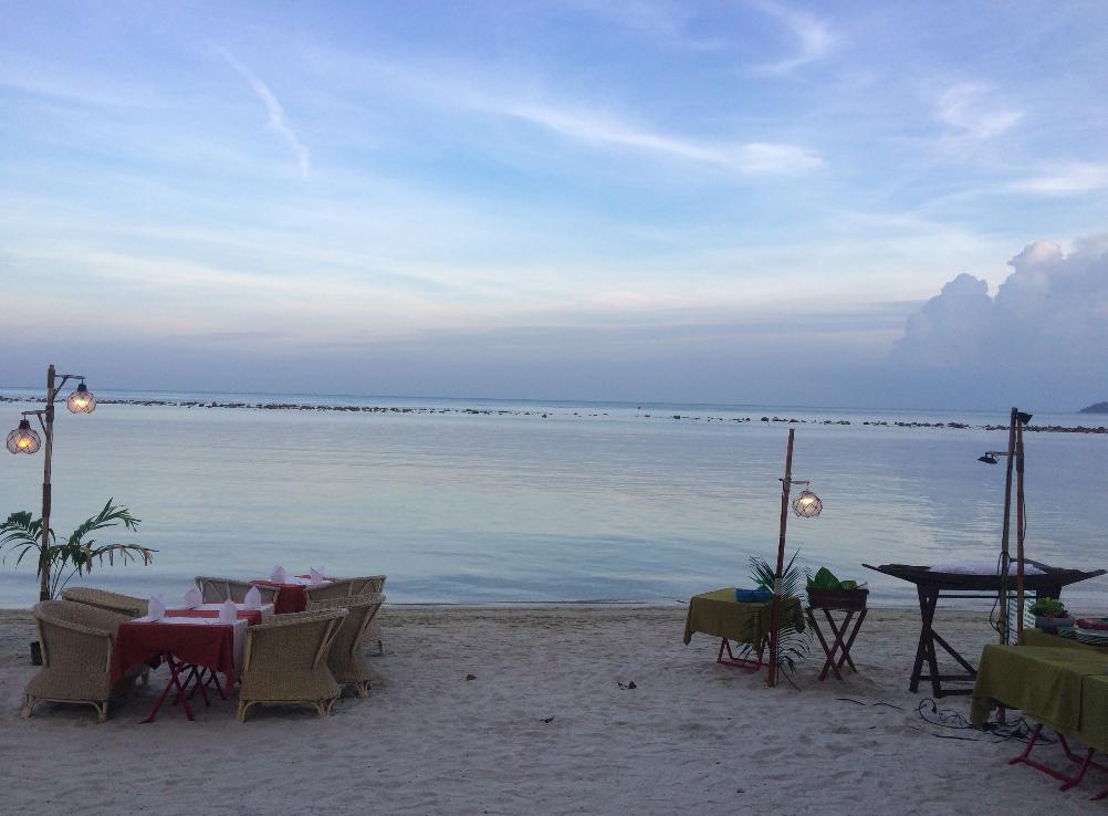 O pôr do sol da piscina do nosso hotel. :)