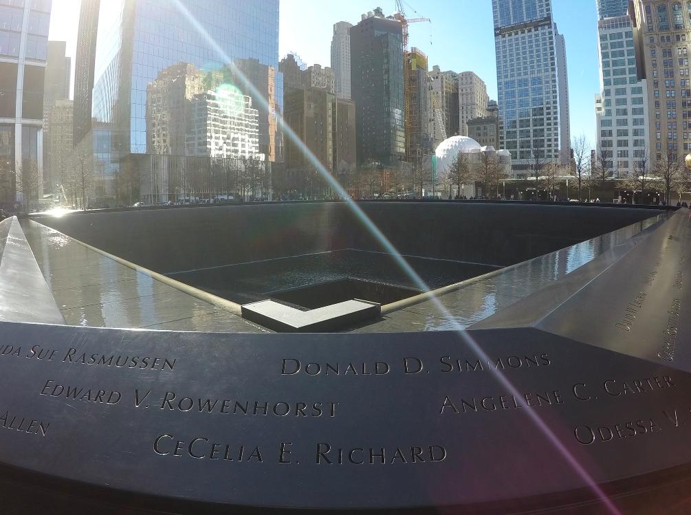 Tem dois grandes espaços, que é o vazio de onde eram os dois prédios. Os nomes de todas as quase 3 mil vítimas estão escritas ao redor. :(