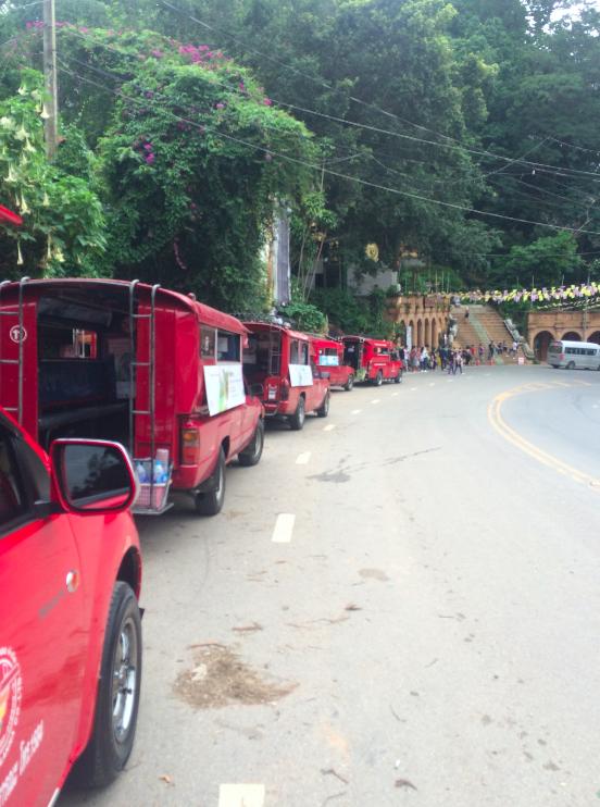 As dezenas que camionetes na saída do templo. Se você não tivesse marcado com nenhum, podia só pedir pra qualquer um deles, funciona como um táxi