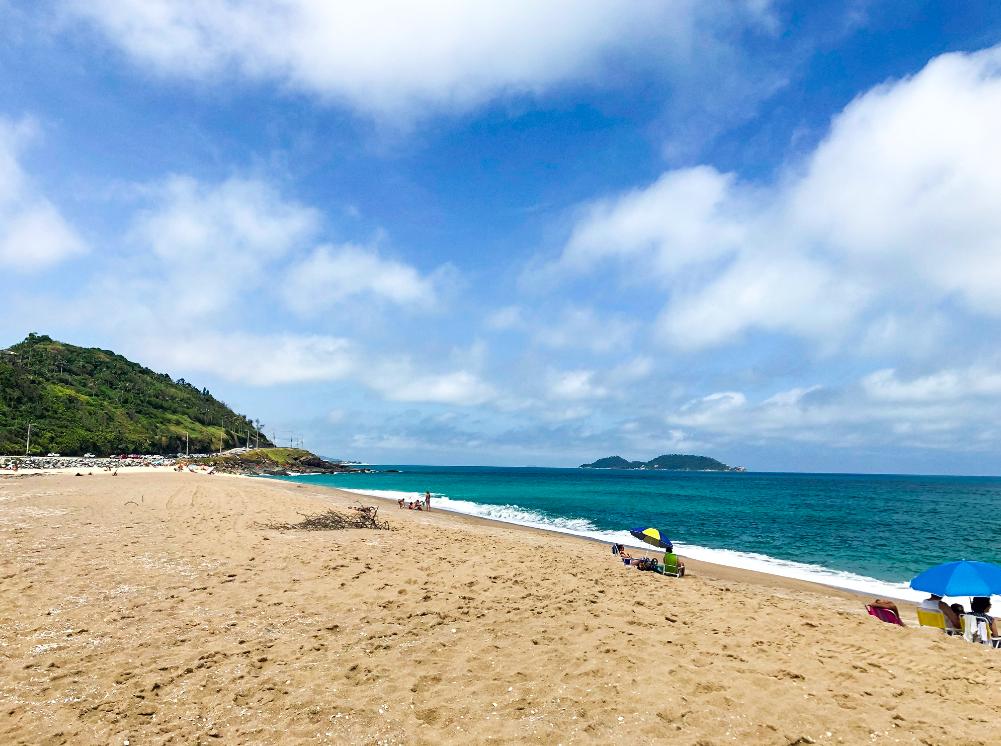 A praia da Caldeira, que fica bem na frente.