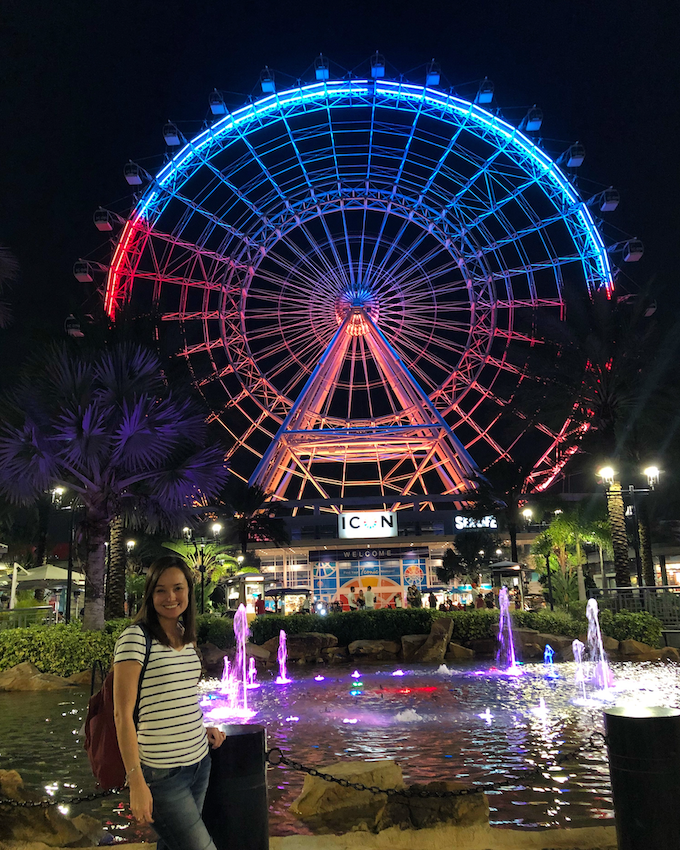 na frente da roda gigante da Orlando Icon, iluminada e colorida