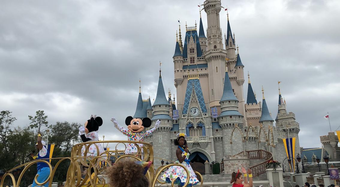 castelo da Cinderela na disney, com a minnie e o mickey na frente