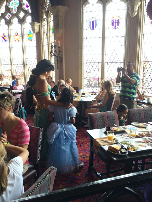 As princesas visitando de mesa em mesa <3