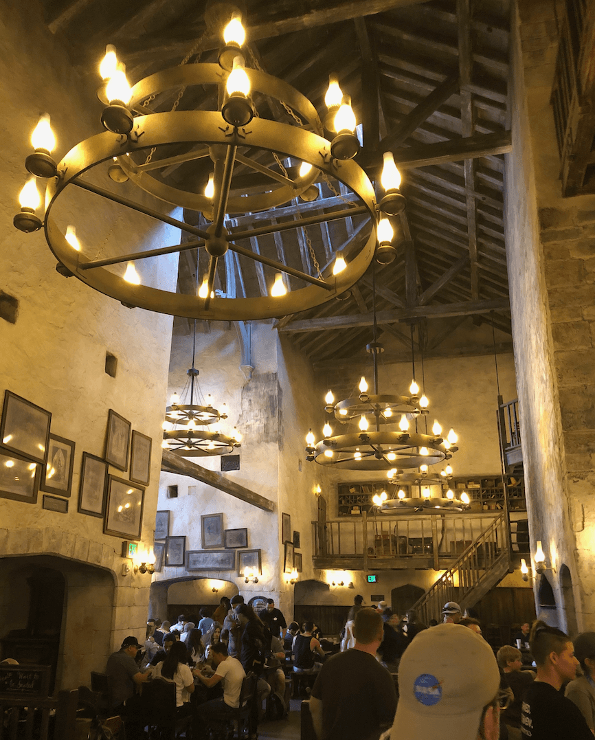por dentro do caldeirão furado, restaurante do Harry Potter na Universal Studios